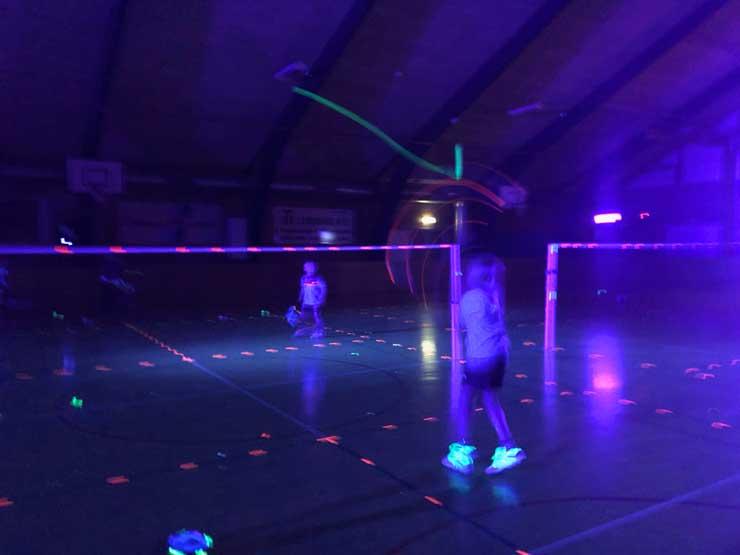 Kan man spille med fjerbold om natten?